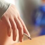 マンションのベランダで喫煙したタバコの煙に襲われた時の対処法とは?